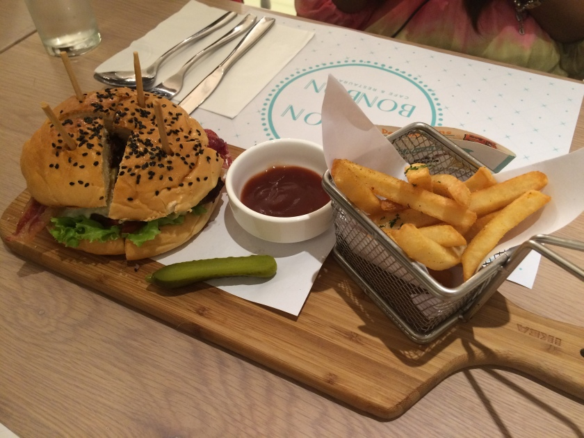 Maison de Bonbon Fries, Burger